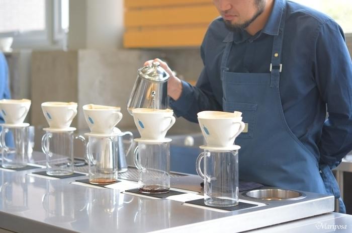 『ブルーボトルコーヒー』のコーヒーは、バリスタがひとつひとつ丁寧にハンドドリップ。豆は毎日お店で焙煎され、48時間以内にのものしか使わないというこだわりぶり!