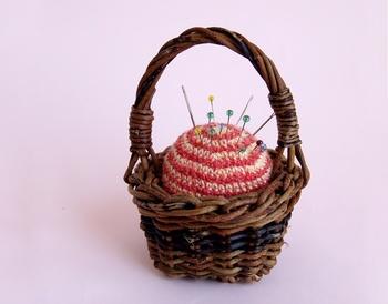 あけびのミニチュアカゴに、かぎ針編みのピンクッションをセット。手芸好きな方へのプレゼントにもおすすめの可愛いあけび細工小物です。