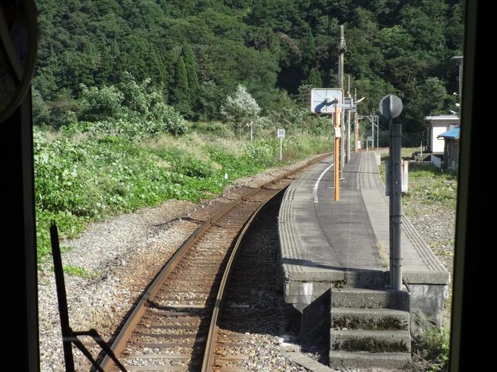 長野県松本駅と新潟県糸魚川駅を結ぶ大糸線沿線にある小滝駅は、1935年に開業された無人駅です。古びた駅舎と単式1面1線の小さなホームがあるだけの小滝駅は、駅が開業された1935年から時間が止まっているかのような佇まいをしています。