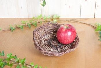 小さな森に自生したあけびを使った万能カゴ。穂先から根元まですべて使っているとか。自然なくねりにまかせ、つるの気持ちのままに編んでいるそうです。果物やお菓子、小物などをのせて。