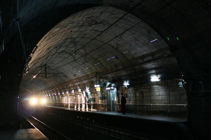 エレベーターもエスカレーターも無い300段近い階段を下り、強固な扉を開けると、ようやく筒石駅の小さなホームにたどり着きます。薄暗いホームの中で列車をまっていると、モグラになったような気分を味わえます。