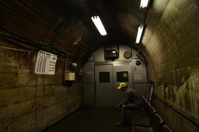 筒石駅そのものは、人里離れた集落に佇む小さな秘境駅です。しかし、線路は特急列車が猛スピードで通過するためホームと待合室を隔てる頑丈な扉があります。