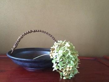 あけびのつるを取っ手にした飾り皿は、とても上品な印象ですね。異素材のものが生み出す素敵な調和。和菓子やフルーツなどを盛り付けておもてなしするのもいいですね。