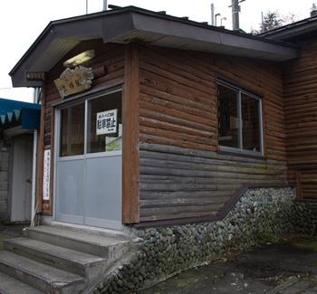 群馬県高崎駅と新潟県宮内駅を結ぶ上越線沿線の土樽駅は、1933年に開業された無人駅です。丸太小屋のような駅舎が可愛らしく、周囲の美しい景色と融和しています。
