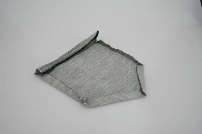 現代風に、ポケットを付けると便利です。アイロンで形を整えておくと、縫い付けやすくなります。