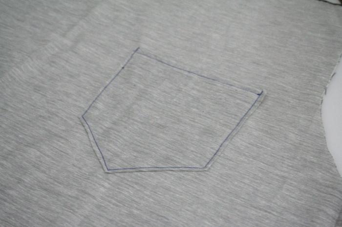 先程のポケットを、好きな位置に縫い付けます。生地を体に当てて、しっかり位置を確認した後に縫い付けると失敗しません。