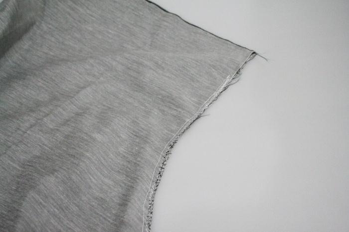 本体の生地を中表に合わせて、股上の部分から縫っていきます。後ろのウエスト部分に、ゴム通しようのスリットを作っておくのも忘れずに。