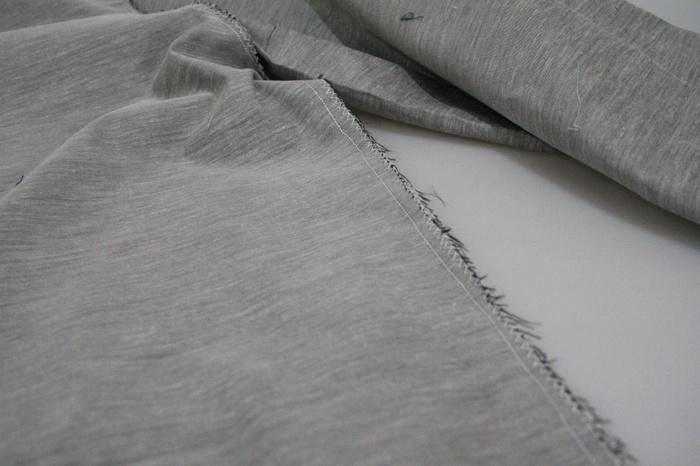 次に股下を縫っていきます。この時、裾の部分にも絞りを入れる為のゴム通し用スリットを作っておきましょう。