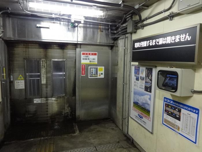 美佐島駅では、安全確保の為、列車が到着するまでホームには出られてないようになっています。しかし、待合室からでも頑丈な扉に設けられた小さな窓から、特急列車が通過する臨場感を味わうことができます。