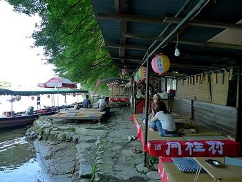 「鮎の塩焼き」は、1尾1000円から。(夏季限定) ひんやりと涼しい木陰で、渓流を眺めながら味わう心地よさに、ついつい長居してしまいそうです。 「ビール」や「みたらし団子」などのメニューも。