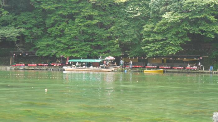 一風変わったロケーションにある穴場スポット『琴ヶ瀬茶屋』。こちらは対岸から見たところ。  保津川下りの着船場から少し、「お食事処 亀山家」先にある「黄色いボート」を見つけ、それを自分で漕いで対岸に渡るとお店にたどりつけます。