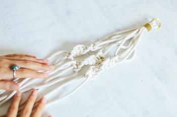 マクラメとは「編みこむことで模様の生まれる編み方の技法」のことを言います。ミサンガなどでおなじみの方も多いのではないでしょうか。