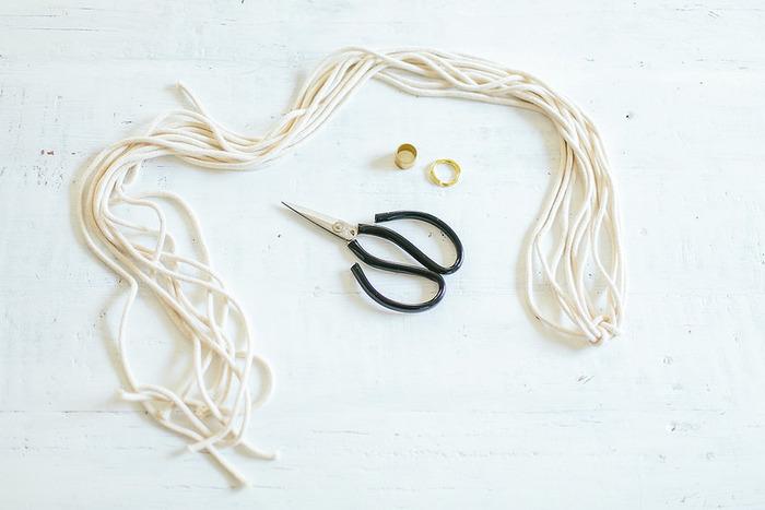 まずはどんなものを作りたいかイメージし、紐や吊り下げるためのリング、装飾品を用意しましょう。