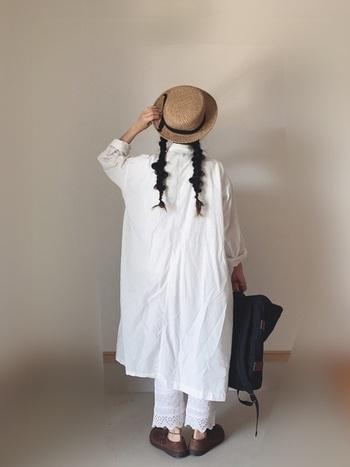 爽やかなホワイトコーデ。白いシャツワンピ&帽子で日焼け予防も◎。レースのペチコートや玉ねぎヘアで可愛らしさをプラス。