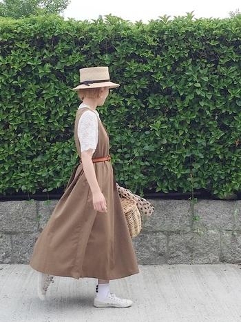 レーストップスにブラウンのワンピース。帽子&カゴバッグで、夏らしく可愛らしく。カゴバッグのスカーフやリボンのソックスなど、細かなところまで気を抜かない可愛らしさです。