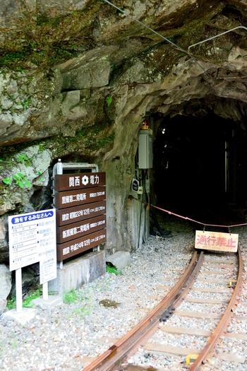 黒部峡谷鉄道本線は、トロッコ列車が運行する観光電車として有名ですが、もともとは関西電力の電源開発用に敷かれた鉄道でした。黒薙駅近くで見られる小さなトンネルは、かつて電力開発のために資材運搬用専用鉄道であった頃の名残が残されています。