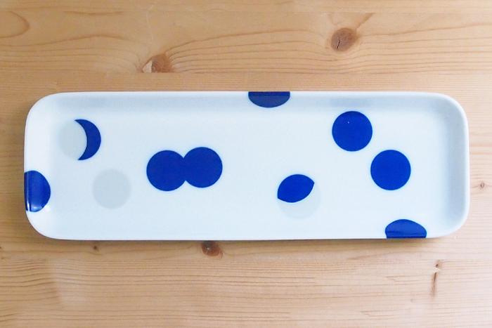 有田焼独特の鮮やかなブルーと、うっすらと浮かびあがるシルバーの水玉がかわいいデザインです。