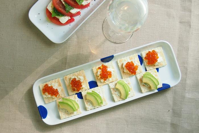 有田焼の長角皿は、お刺身やおつまみ、焼き魚などはもちろん、スタイリッシュなデザインなので洋風の前菜を盛り付けるのにもぴったりです。
