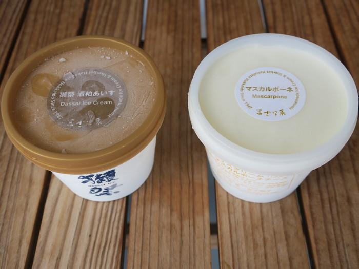 函館で、ちょっと個性的なお土産を選ぶなら、1947年創業の老舗がつくるアイスクリームはいかがでしょうか?地元のレストランで、デザートメニューにこちらのアイスを使っているお店もたくさんあります。創業当時から変わらないバニラや抹茶など定番のフレーバーのほか、最近では銘酒「獺祭」の酒粕アイスが人気です。