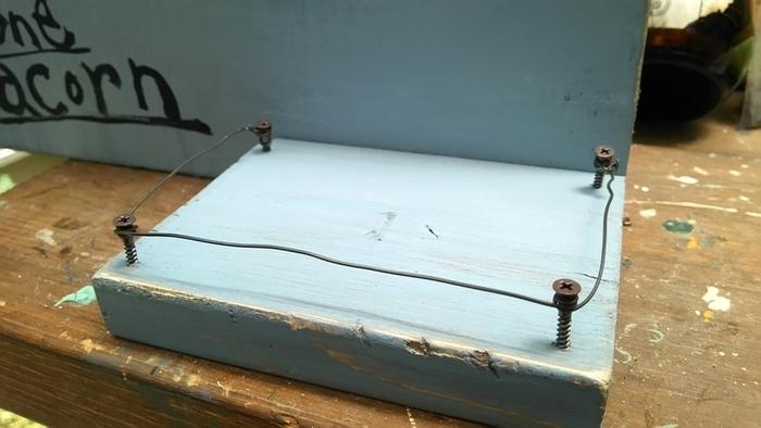 こちらは2枚の板だけで出来ている簡単ディスプレイボード。ネジと針金を利用して、鉢乗せ台も作っています。傷ややすりがけでちょっと古びた感じに加工すると、しっくりとお庭に馴染みますね。