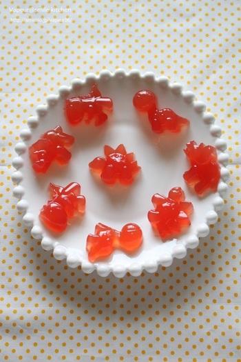 こちらの鮮やかな赤いグミには、スイカの果肉を使用しています。スイカをポリ袋に入れて潰したものに、ゼラチンを加えて固めれば完成です!夏にぴったりのジューシーなグミですね。