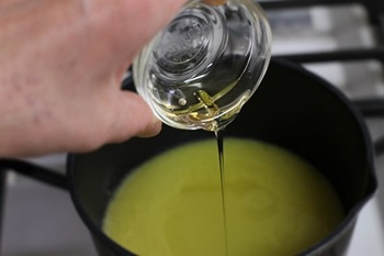 鍋にオレンジ果汁を入れて煮詰めた後、オリゴ糖、レモン汁、レンジにかけたゼラチンを加えてさらに煮込みます。細かい泡がたったら出来上がりです。※詳細はレシピを参照