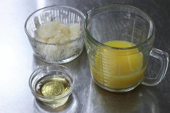 ゼラチンに大さじ2杯程度の水を加えてふやかします。時間があるときは水を大さじ1杯程度にしてよくかき混ぜると、よりモチモチとした食感に。