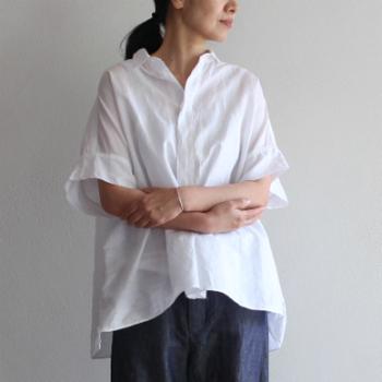 きちんと感のあるシャツも、リネン素材を使用したアイテムなら、軽やかさのあるスタイルに。 たっぷり余裕のある袖と身幅で、風を取り込んで涼しく着こなせるワイドシャツ。袖や裾がフレアに広がるのも、リネン素材の素敵なところ♪