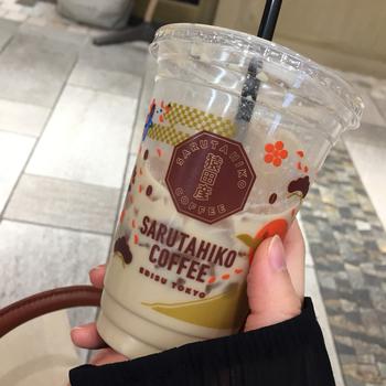 アイス用のカップは、こんなデザイン。こちらも日本をモチーフにしたデザインになっています。ブラウンをベースにした、落ち着き感のある色彩がおしゃれ。