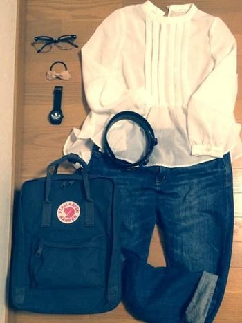 スウェーデンを代表するアウトドアブランド「FJALL RAVEN(フェールラーベン)」。ストックホルムの電話帳をモチーフにして誕生したのが、こちらのカンケンバッグ。30年以上のロングセラー商品で、今もなお幅広い世代で愛されています。