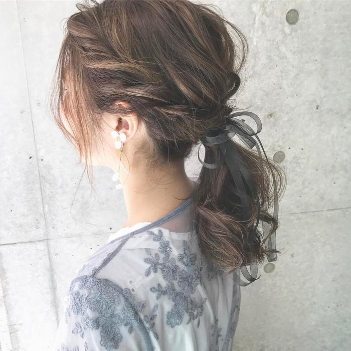 両サイドの耳上の髪をねじって、後ろの髪と一緒に一つに結ぶだけの簡単アレンジ。 定番のポニーテールも少しねじりをプラスするだけでグッと素敵に仕上がります。