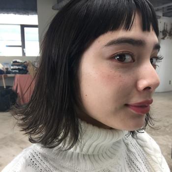 外ハネボブスタイルを、黒髪でマニッシュな印象に仕上げたヘアスタイルです。前髪は眉上のマッシュバングで、個性派スタイルがお好みの女性にぴったりな髪型となっています。