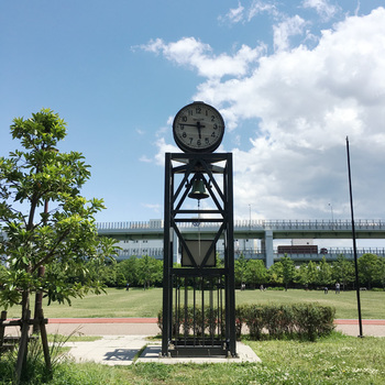 """""""震災復興記念公園""""という名称でも知られており、神戸が震災から復興したことの記憶として地震発生時に止まったままの時計が設置されています。"""