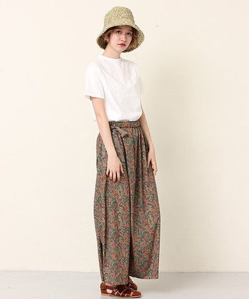 サイドにリボンをつけたキュートな印象のプリントパンツはベーシックな白シャツを合わせて、シンプルな雰囲気に。くったりとした布のやわらかさが女性らしさをあらわしています。