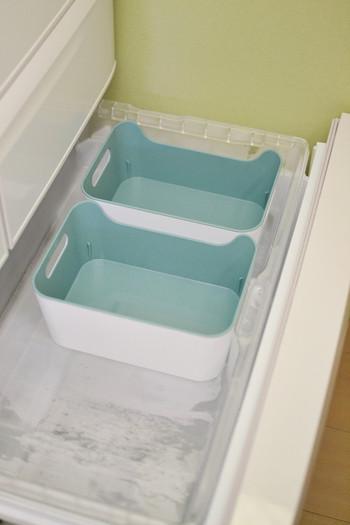 """そして、浅い方の引き出し部分にはIKEAの「VARIERAボックス」を2つ置いて、アイスの収納に活用されているそうです。ゴチャつきがちな冷凍室は""""仕切り""""を作ることで、いつもスッキリをキープしやすくなりますね♪"""