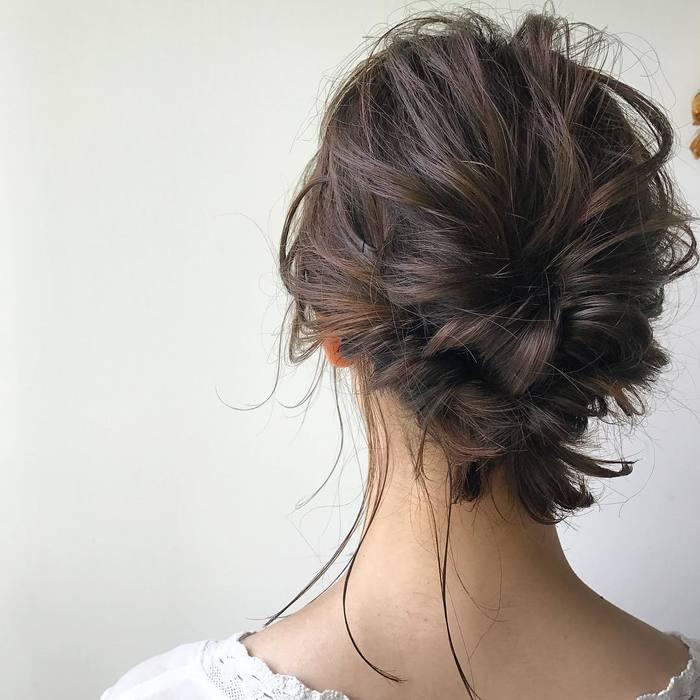 トップの髪と襟足の髪を2回くるりんぱしたまとめ髪アレンジ。 ふんわりルーズに仕上げるのがポイントです。