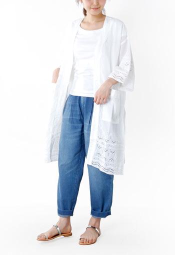 繊細なカットワークと刺繍が裾にほどこされています。濃色のボトムスに合わせることで、白シャツの裾の模様がくっきりと浮かび上がってきますね。