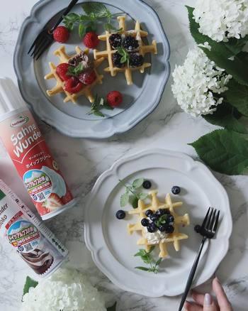 お花やカトラリーなど、お皿を彩る小物使いもとても素敵です。ブルーベリーやミントの葉のさりげない配置にセンスを感じますね。
