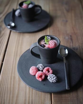 大野香織さんの器に盛りつけた、水切りヨーグルトで作ったひんやりスイーツ。器やカトラリーのチョイスも素晴らしいですね。魅せる写真のお手本にしたくなります。