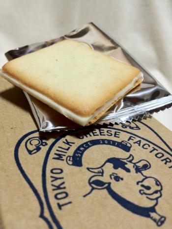 あまりにもの美味しさに1度に5個も食べてしまったという人もいるほど。程よい甘さとカマンベールチーズがコーヒーにもよく合うと人気のお土産です。
