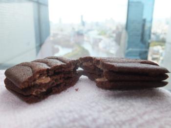 ショコラは、チョコレート風味の3層構造になった「うす型ラングドシャ」クッキーです。さっくりとしていて、チョコレートの香ばしさもあって、3層の間の空間が心地よい食感を生み出す秀逸なお菓子です。