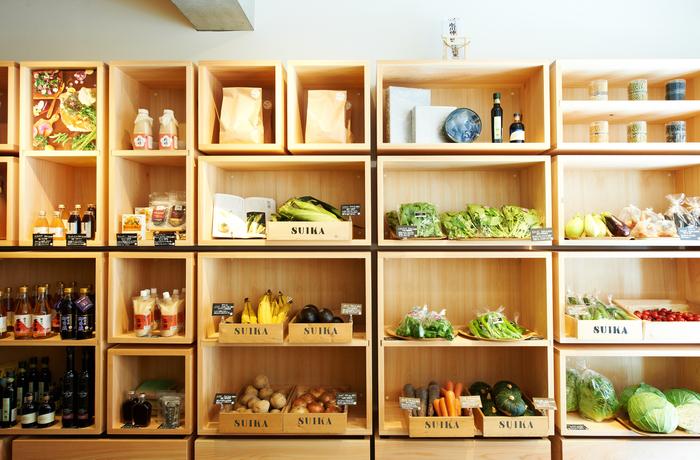 """お店に並ぶ野菜は自然栽培のものが多くありますが、栽培方法だけでなく""""野菜が新鮮で、安心・安全に育てられているのか""""を重視しているんだそう。野菜が一番食べ頃の時季を見計らって棚に並べるなどのこだわりも!遠くにお住まいの方や忙しくてお店に行けないという方のために、オンラインショップでは季節のおすすめセットもあるそうですよ♪"""