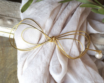 水引をイメージさせるようなシンプルなリボンデザインのマジェステ。 一つ結びやお団子の結び目に付けるだけで、大人可愛い和の雰囲気に仕上がります。