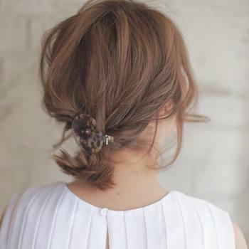 耳上の両サイドの髪をロープ編みにして、後ろの髪と一緒に束ねたアレンジです。 結び目にヘアクリップをつけてあげると仕上がりもアップ。