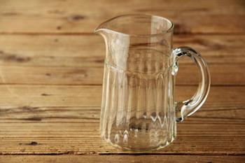 自家製シロップをサイダーやお水で割って、お客様にお出しするときにあると嬉しいのが、ガラスのジャグです。くるみガラスのジャグは注ぎ口がシャープなので、とても注ぎやすいんですよ。