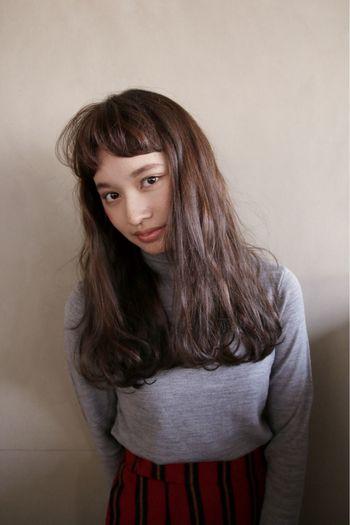 眉上の短め前髪を、マッシュバングで柔らかな印象に。毛先にパーマをかけてアクセントをつけているので、短い前髪との長さのバランスがしっかりとれたヘアスタイルになっています。