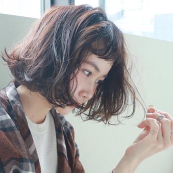 そんな大人女子におすすめしたいのが、大人可愛いマッシュバングなんです♪くるんとカールした前髪が、個性を残しつつ大人向けの前髪に仕上げてくれますよ。