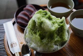 赤福本店で食べられる夏季限定の「赤福氷」。あんと餅は冷たい氷になじむよう特製され、抹茶蜜のかかったかき氷の中に入っています。