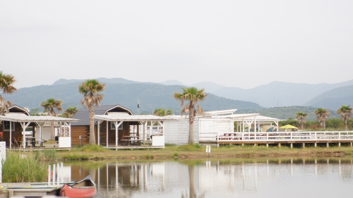 ゲートをくぐればそこはまるでアメリカ!本格的なBBQやカナディアンカヌー体験が楽しめます。アウトドアに快適性・くつろぎ・優雅さをプラスした「上質なアウトドア空間」を楽しめます。湖に面した客室では、日常を忘れてすてきなひとときを過ごせそうですね♪
