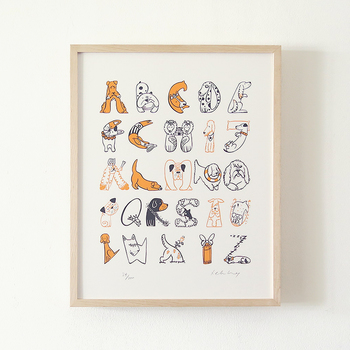 アルファベットのAからZまで、キュートなワンちゃんや鳥などをモチーフに描かれた可愛らしいポスター。